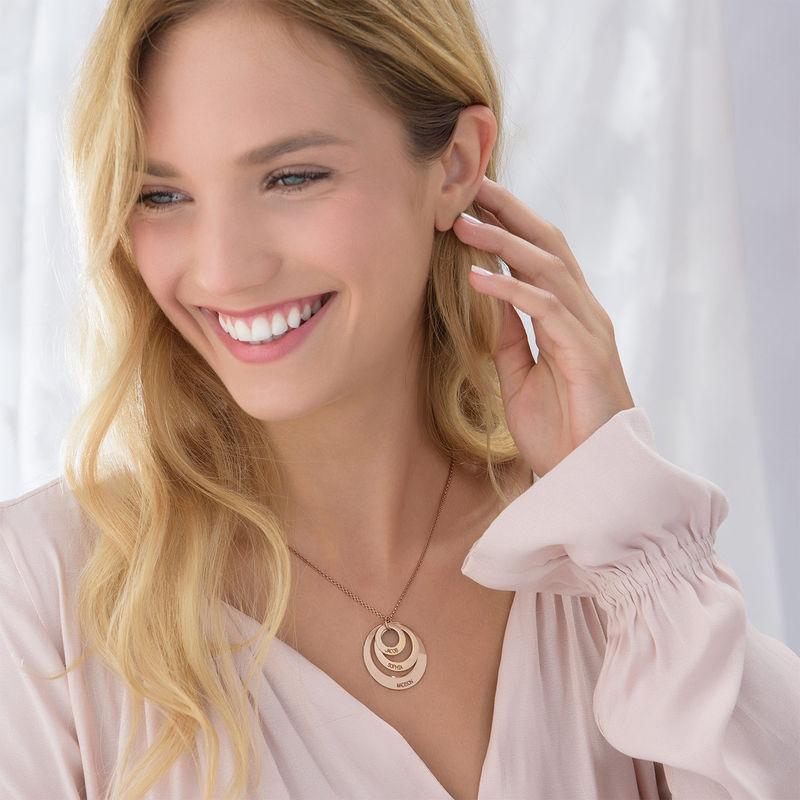 Schmuck für Mütter – rosévergoldete Halskette mit drei flachen Ringen - 4