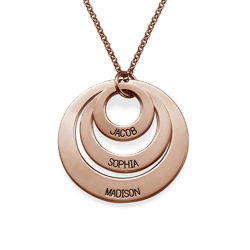 Schmuck für Mütter – rosévergoldete Halskette mit drei flachen Ringen Produktfoto