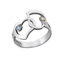 Verflochtener Herzen-Ring mit ausgestanzten Namen Produktfoto