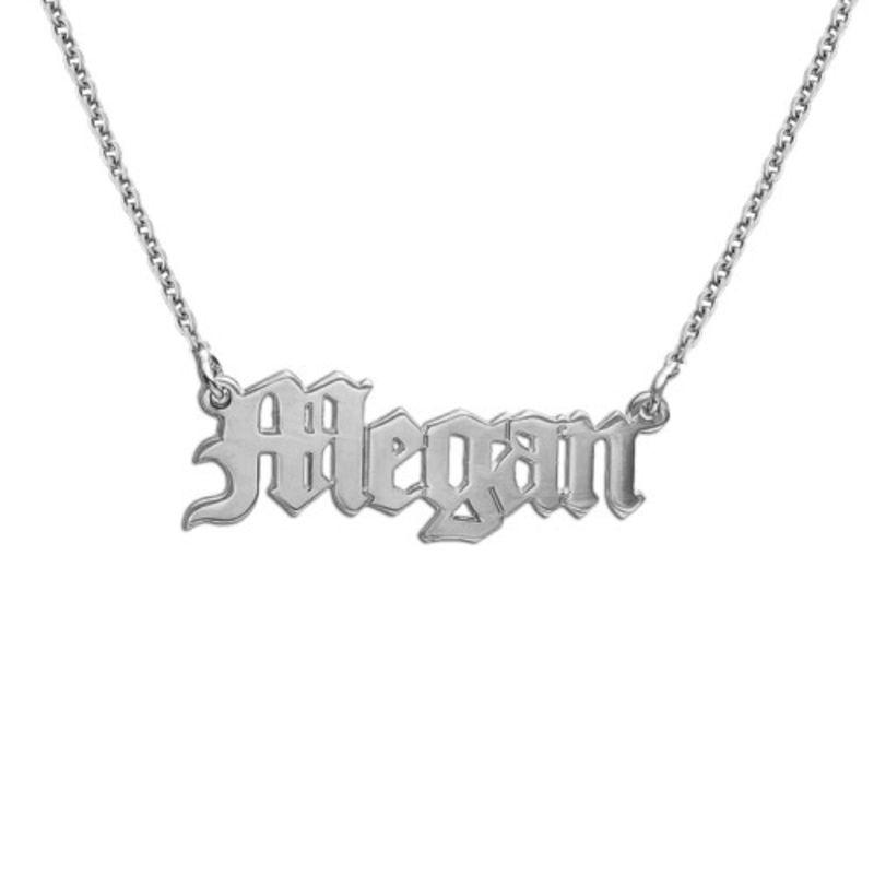 Navnehalskæde med gammel engelsk gotisk skrift i sølv
