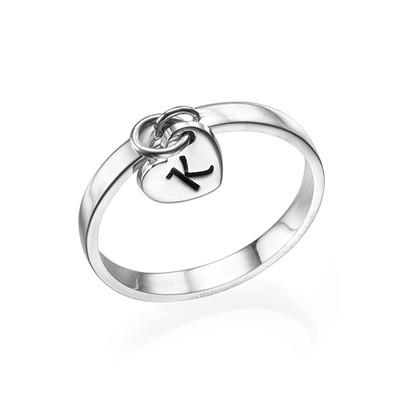 Personlig ring med bogstav vedhæng i sølv