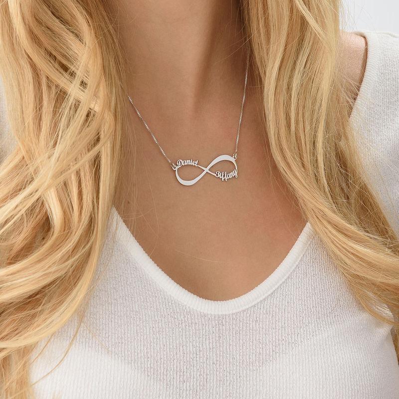 Infinity halskæde med navn i 10 karat hvidguld - 4