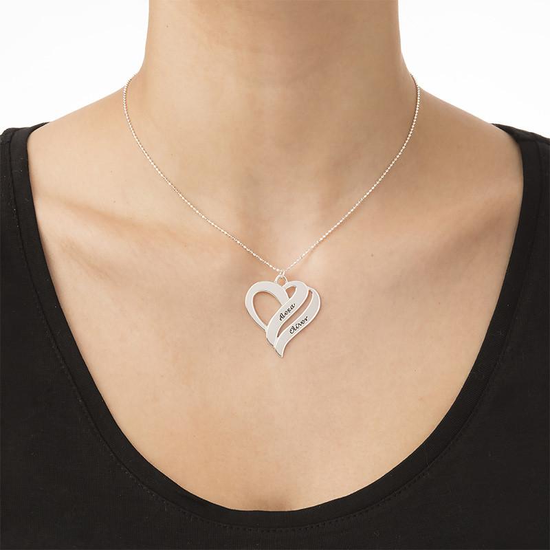 To hjerter banker som èt-halskæde med gravering i sølv - 1