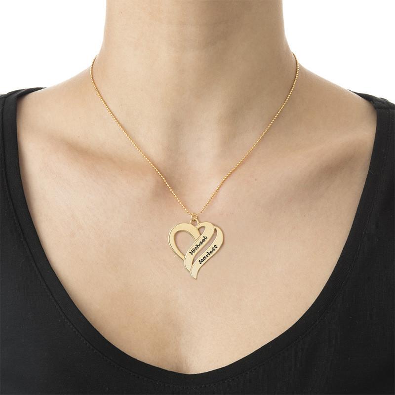 To hjerter banker som èt-halskæde med gravering i forgyldt sølv - 1