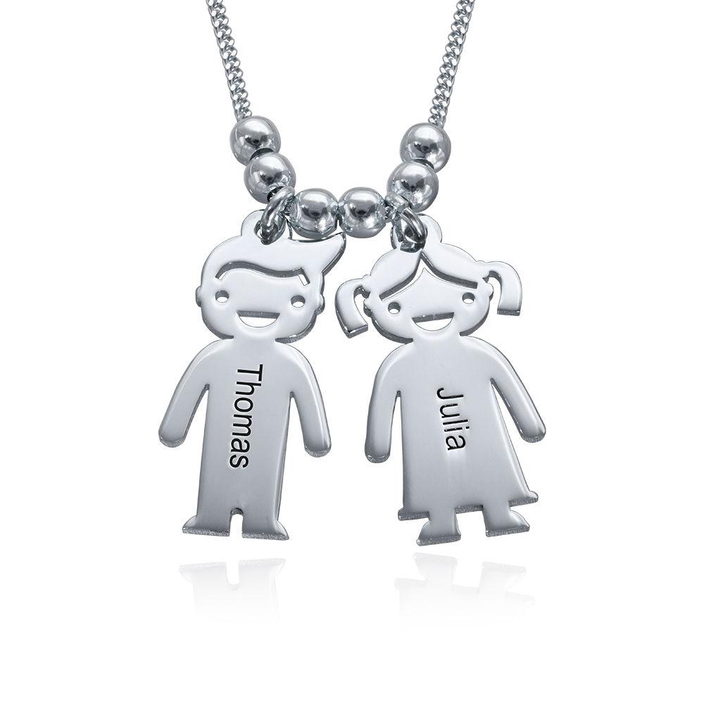 Mors halskæde med graverede børne-charms i sølv