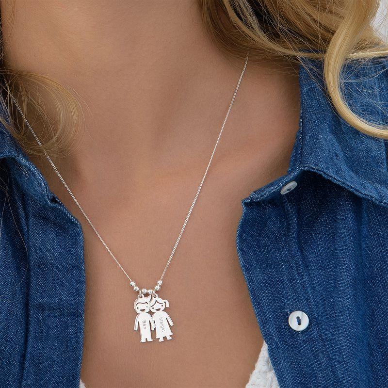 Mors halskæde med graverede børne-charms i sølv - 4