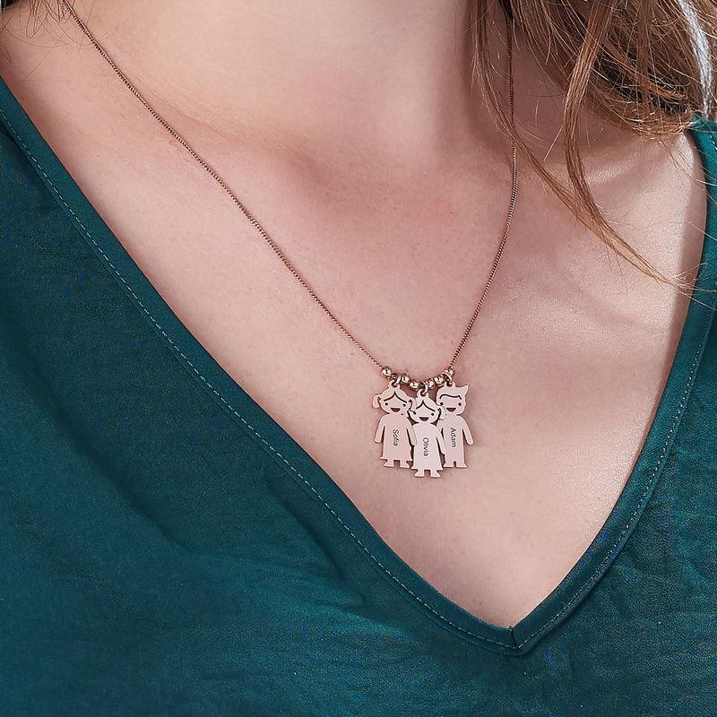 Mors halskæde med graverede børne-charms i rosaforgyldt sølv - 5