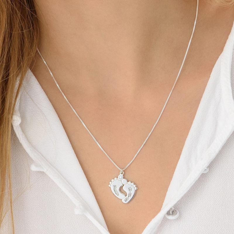 Indgraveret halskæde med babyfødder og diamant i sølv - 2
