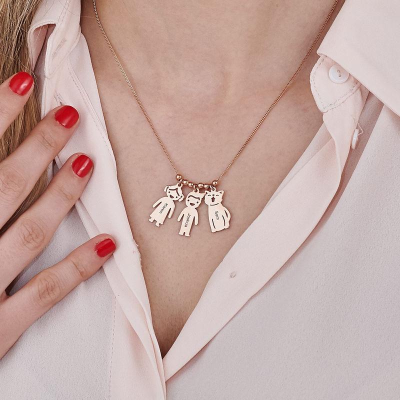 Halskæde med graverede børne-charms og kat og hund i rosaforgyldt sølv - 7