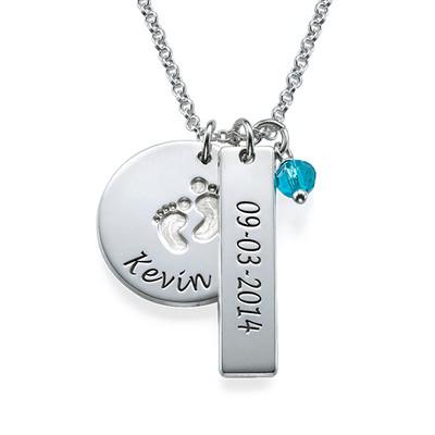 Personligt smykke til mor med babyfodscharm og navnetag i sølv