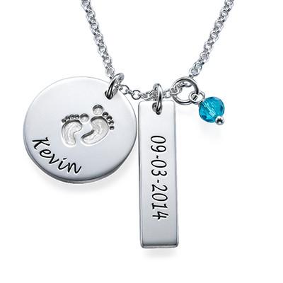 Personligt smykke til mor med babyfodscharm og navnetag i sølv - 1