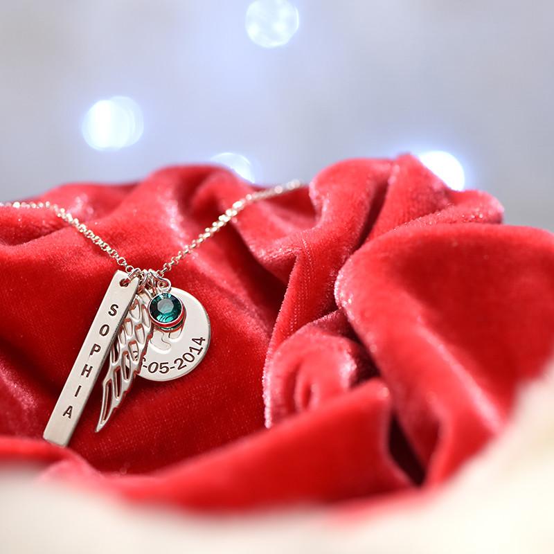 Smykke med englevinge, babyfodscharm og navnetag i sølv - 1