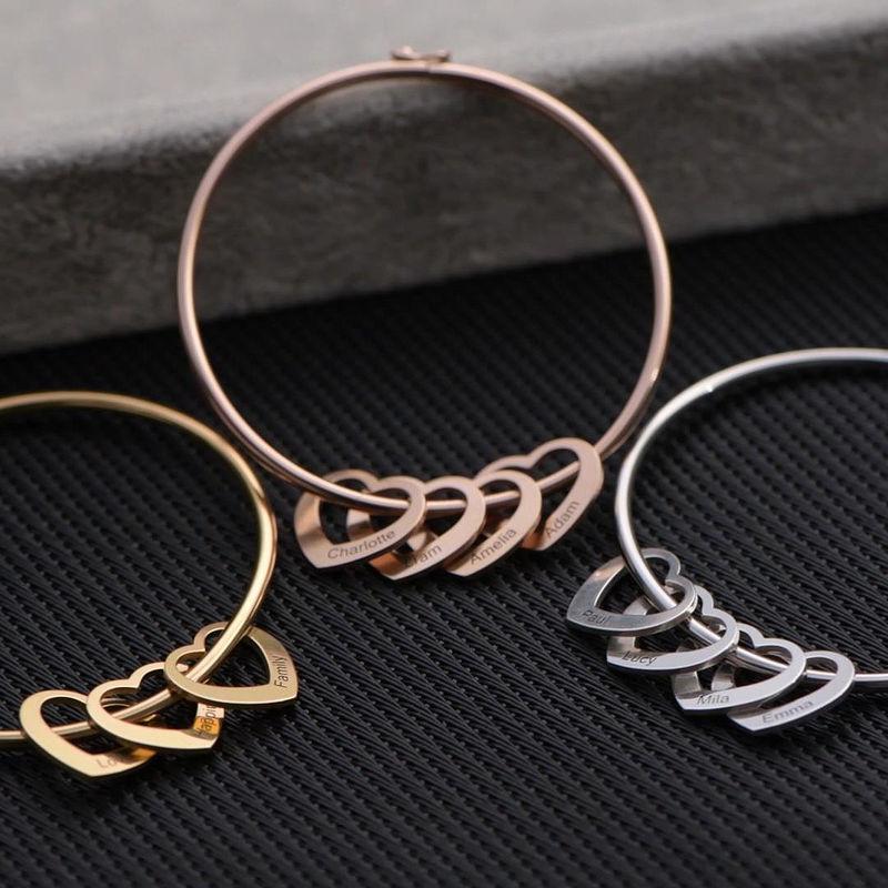 Bangle armbånd med hjerteformede charms - guldbelagt - 2