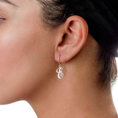 Hængene bogstav øreringe med kursiv skrift i sølv - 1