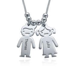 Mors halskæde med graverede børne-charms i sølv produkt billede