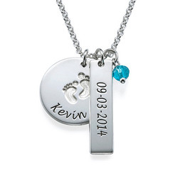 Personligt smykke til mor med babyfodscharm og navnetag i sølv produkt billede