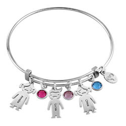Bangle armbånd til mor med graverede børne-charms - sølvbelagt messing product photo