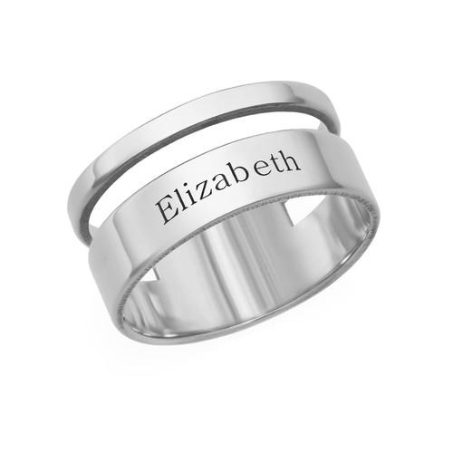 Asymmetrisk ring med navn i sølv