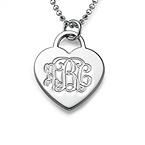 Graveret hjertesmykke i sølv med monogram