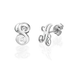 Bogstav øreringe med kursiv skrift i sølv product photo