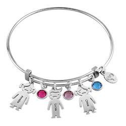 Bangle armbånd til mor med graverede børne-charms - sølvbelagt messing product photo