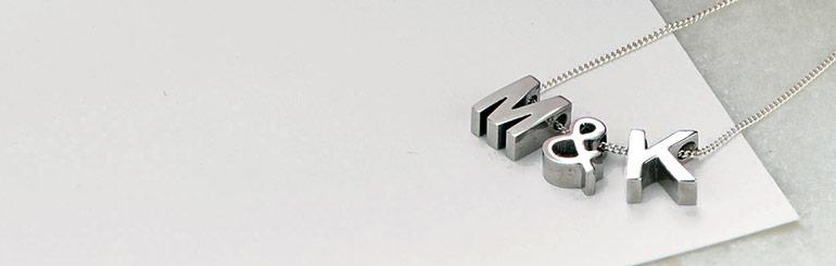 Sådan bærer du smykker med bogstaver