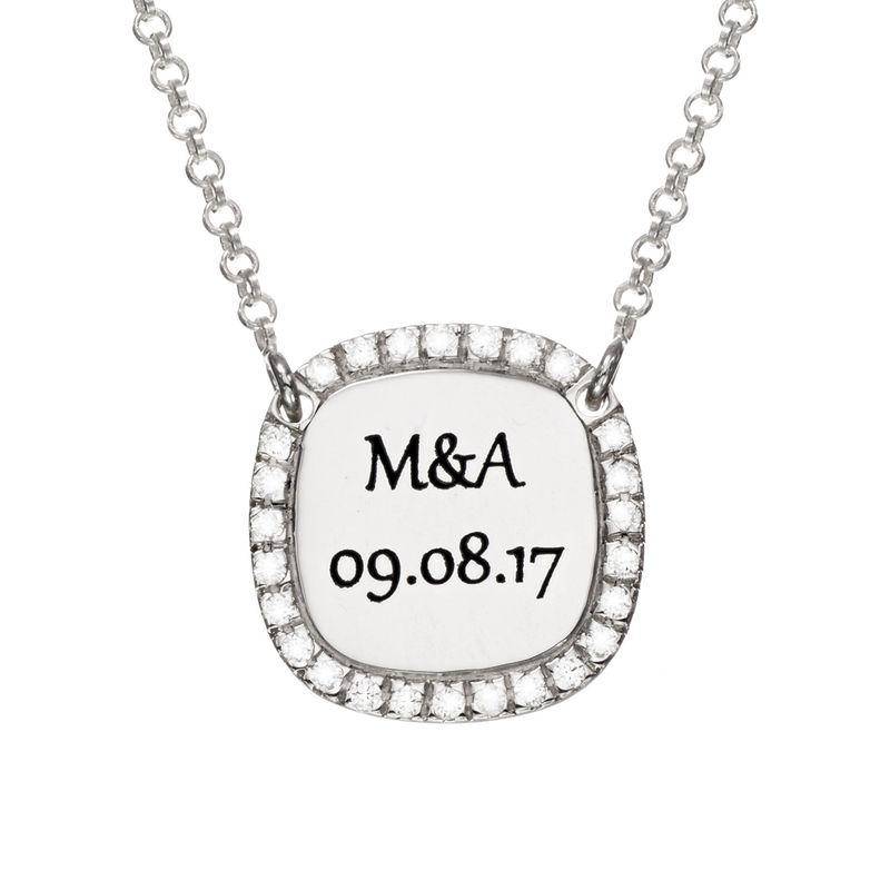 Collar con medalla rectangular grabada con circonia cúbica en plata foto de producto