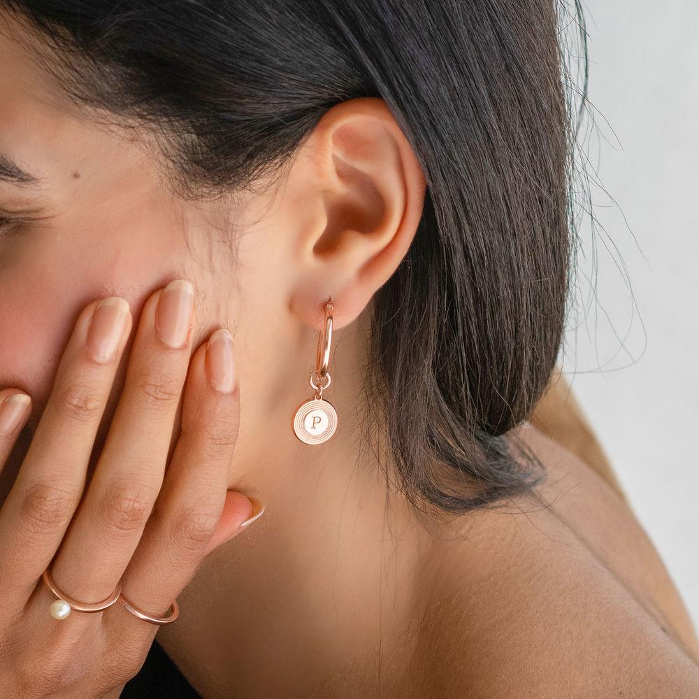 Boucles d'Oreille Odeion en plaqué or rose 18 carats avec Initiale gravée - 1