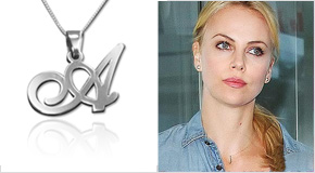 Charlize Theron avec un Collier avec Lettre Initiale en Argent