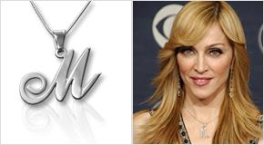 Madonna avec un Collier avec Lettre Initiale en Argent