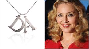 Madonna avec un Collier deux Initiales en argent