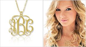 Taylor Swift avec un Collier Monogramme en Plaqué Or