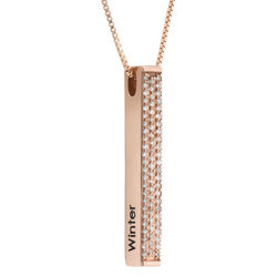Collar de barra grabado 3D vertical chapado en oro rosa con circonia foto de producto