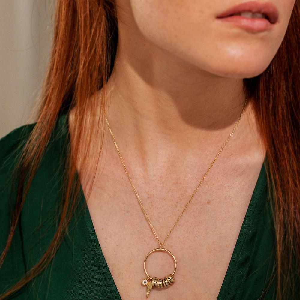 Gegraveerde Cirkel Hanger Linda ™ Ketting met blad en persoonlijke kralen in 10k Goud - 1