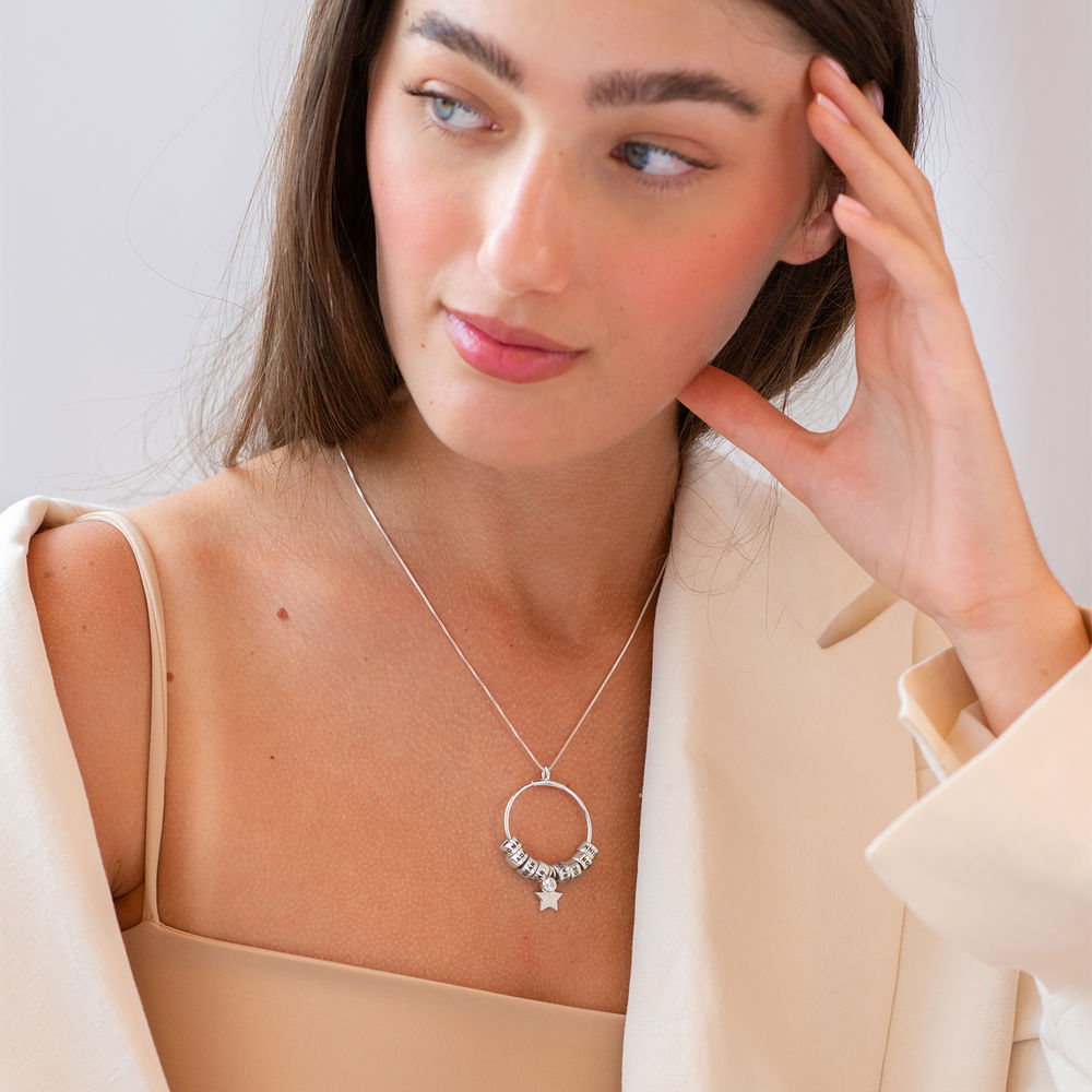 Grote Gegraveerde Cirkel Hanger Linda ™ Ketting met Gepersonaliseerde Kralen en Diamant in Sterling Zilver - 3