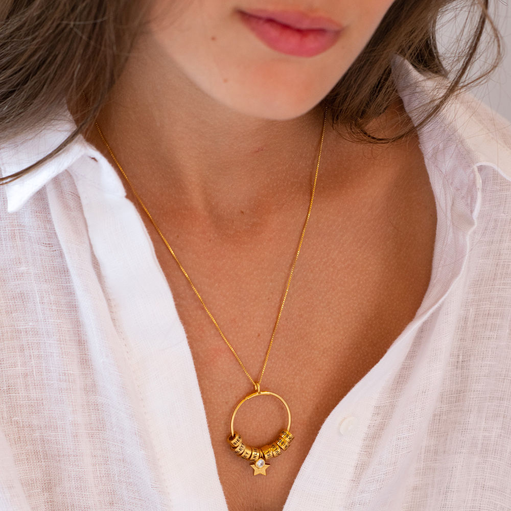 Grote Gegraveerde Cirkel Hanger Linda ™ Ketting met Gepersonaliseerde Kralen en Diamant in 18K Goud Verguld - 2