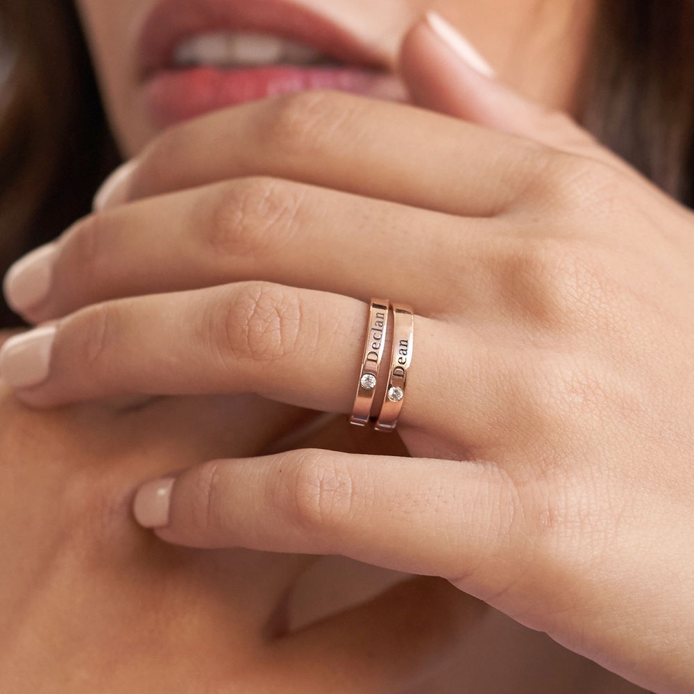 Roseforgylt stable ring med månedssten og gravering - 5
