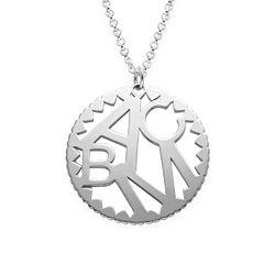 Rundt smykke med bokstaver i sølv produktbilde