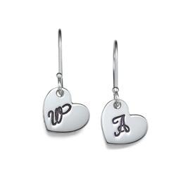 Hjerteformet bokstav øreringer i sølv produktbilde