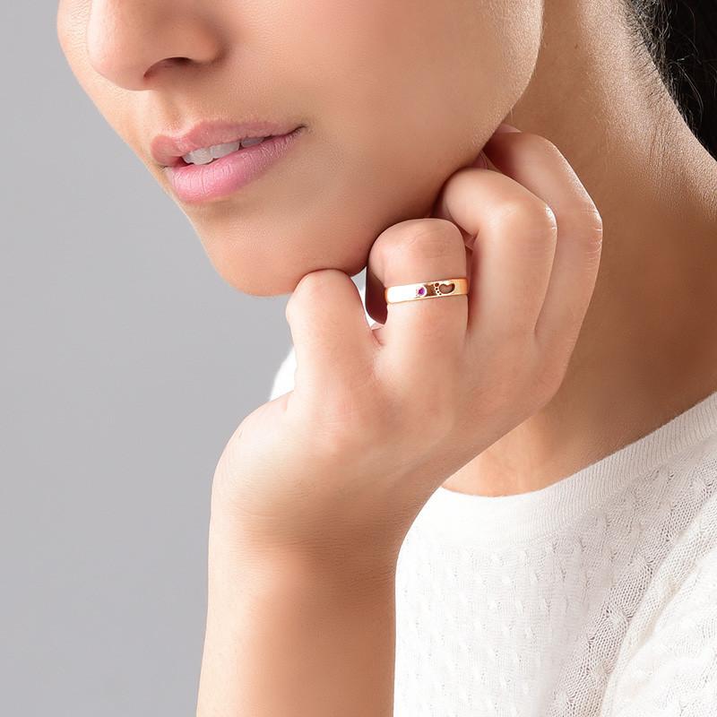 Graverad Mamma Ring med babyfötter i Rosé Guld Plätering - 2