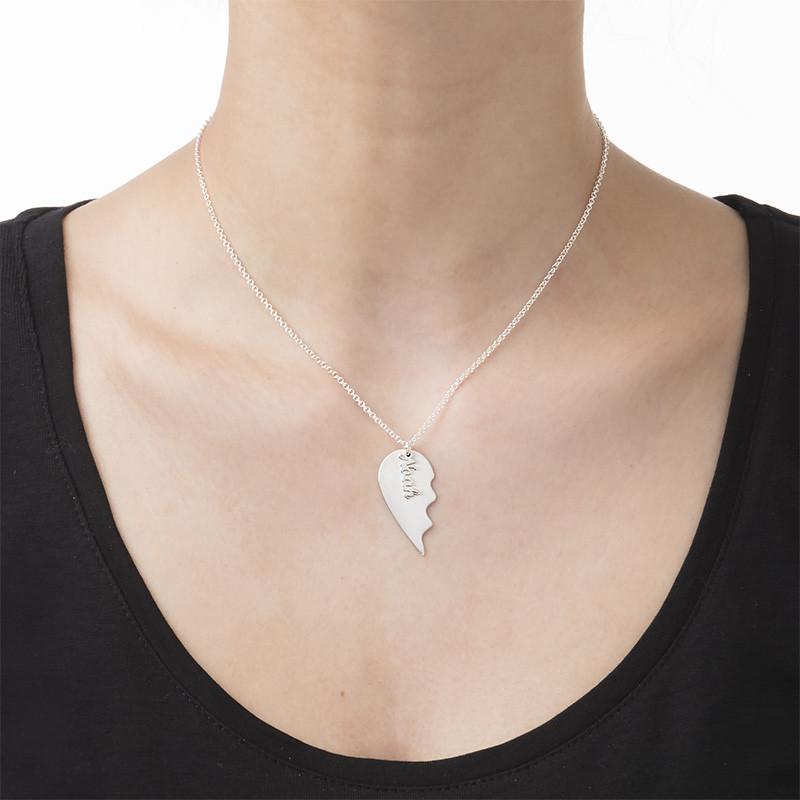 Graverad hjärthalsband för par i matt silver - 2