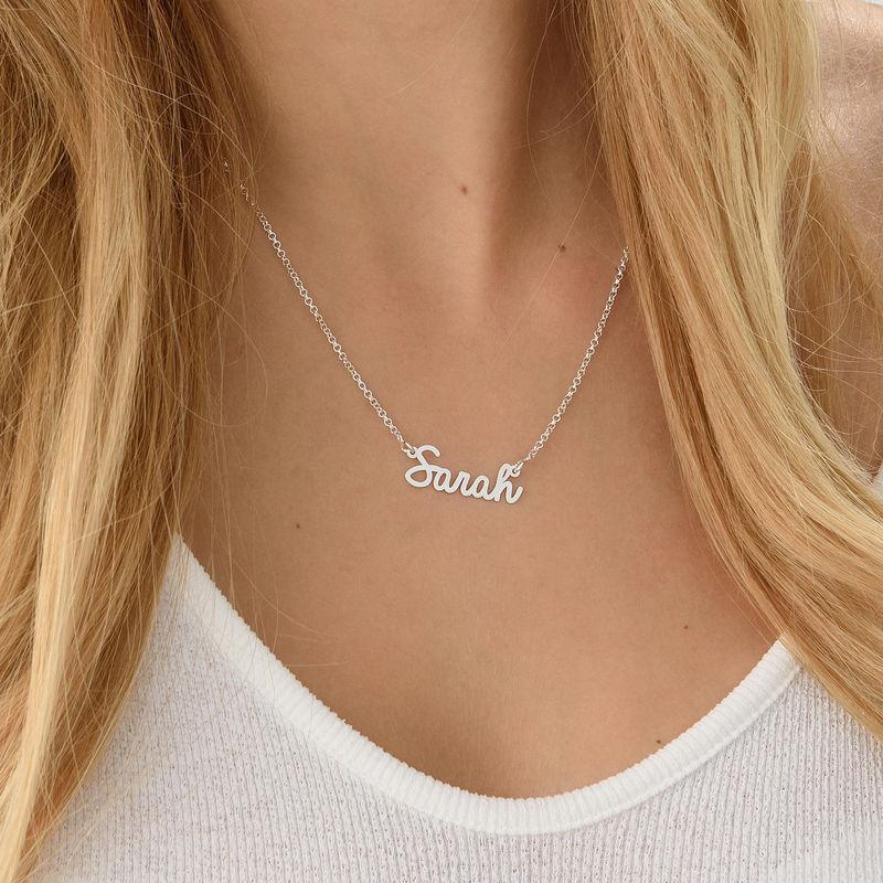 Litet personligt halsband med namn i kursiv stil i silver - 2