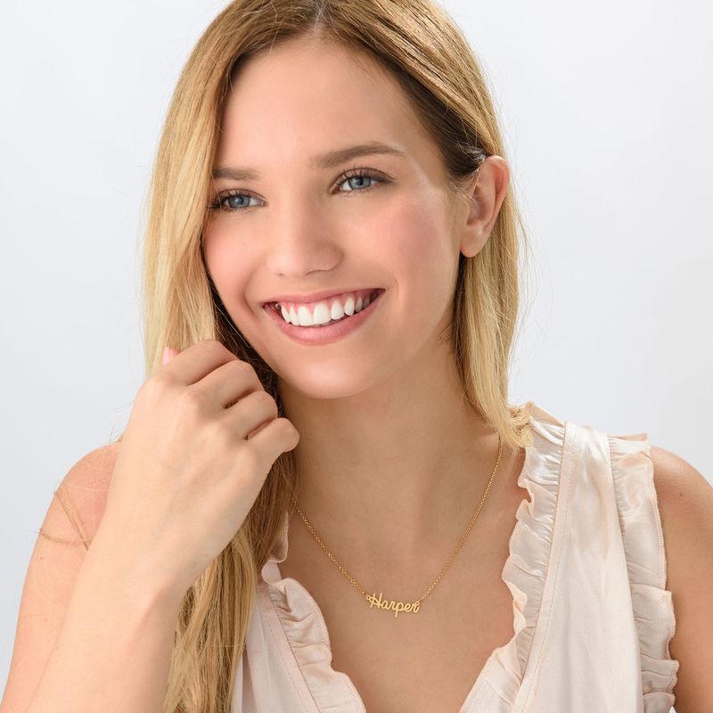 Litet personligt smycke - halsband med namn i kursiv stil i 18k guldplätering - 1