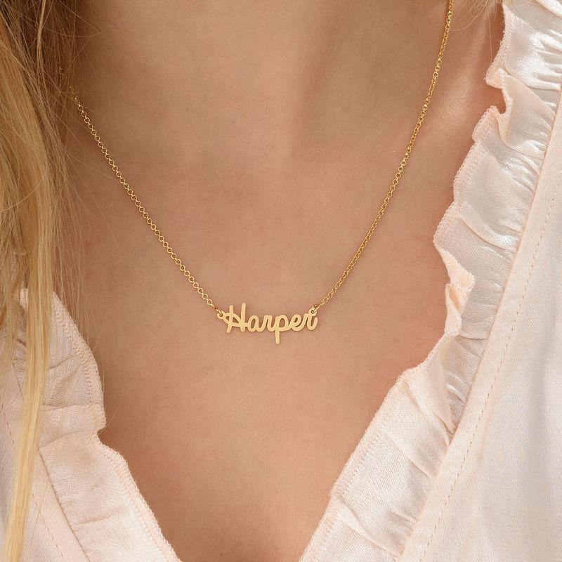 Litet personligt smycke - halsband med namn i kursiv stil i 18k guldplätering - 2