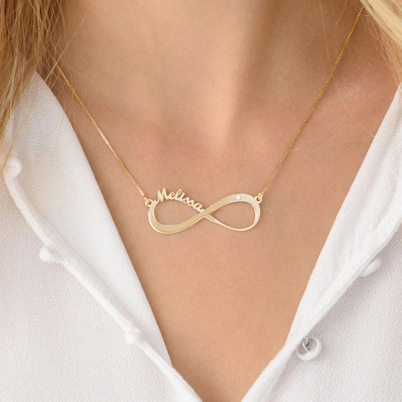 Infinity halsband med namn och diamant i guldplätering - 3