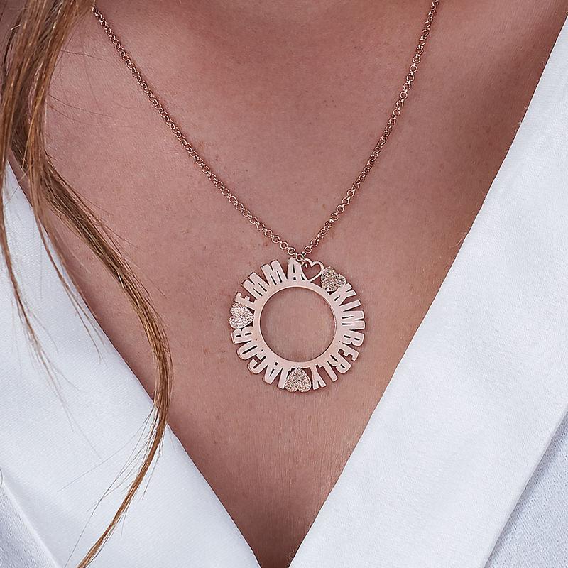 Cirkelhalsband med namn i roséguldplätering med diamanteffekt - 2