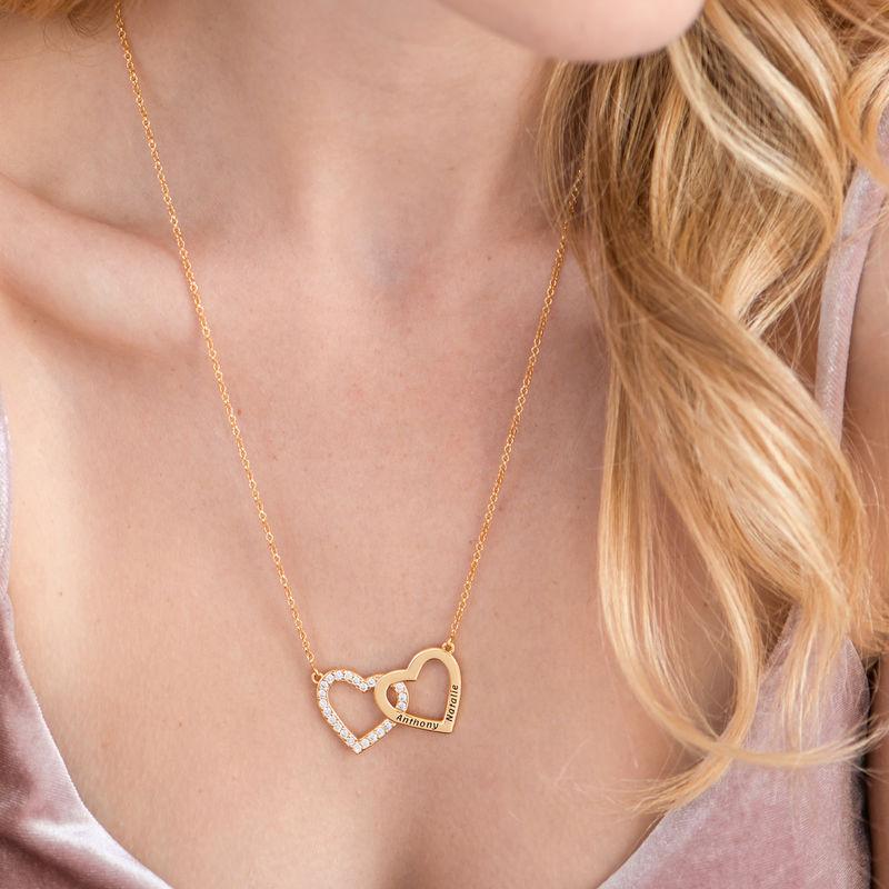 Halsband med Två Hjärtan med Gravyr i Guldplätering  - 4