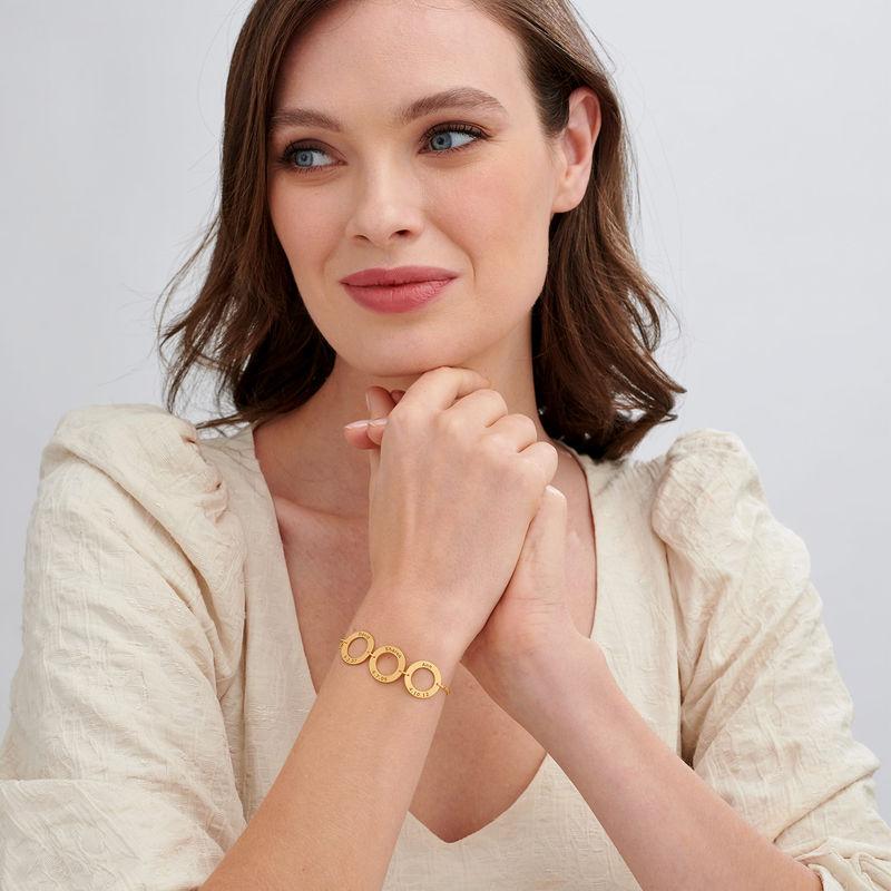 Graverat armband med vertikala cirklar i guldplätering - 1