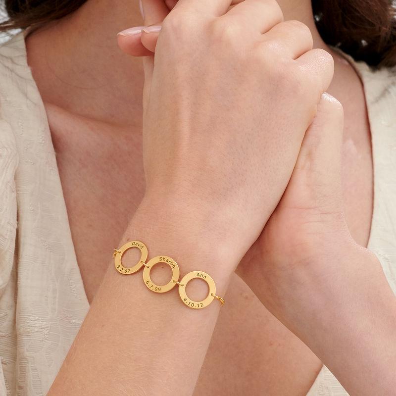 Graverat armband med vertikala cirklar i guldplätering - 2
