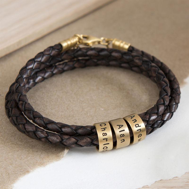 Graverat Armband av Flätat Brunt Läder med Runda Namnberlocker i Guld Vermeil - 4